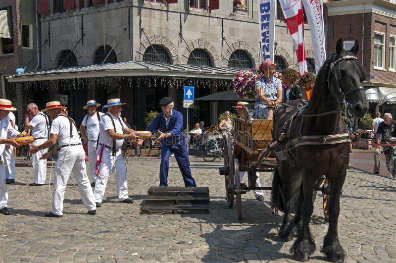Marknad för holländsk ost i Hoorn med funktionsdugliga män arkivbilder