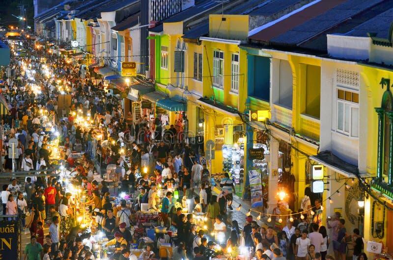 Marknad för mat för söndag aftongata på den Thalang vägen i Phuket den gamla staden fotografering för bildbyråer