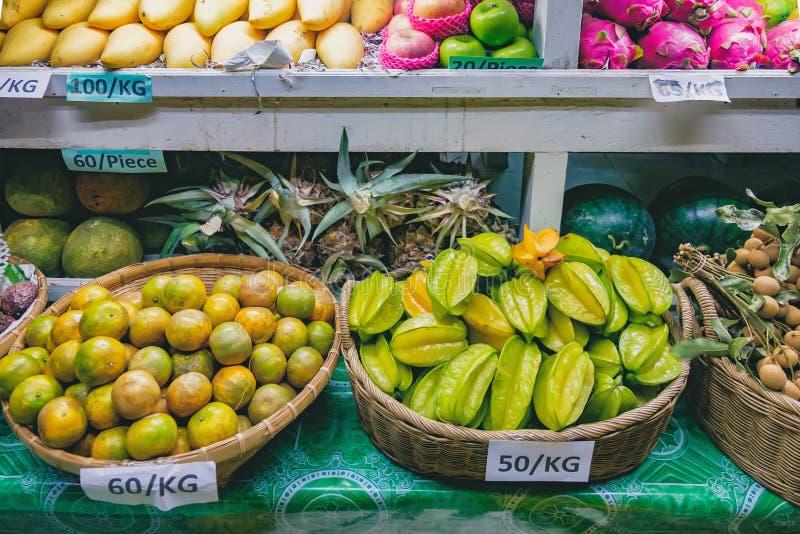 Marknad för ny frukt i Asien på natten royaltyfri foto
