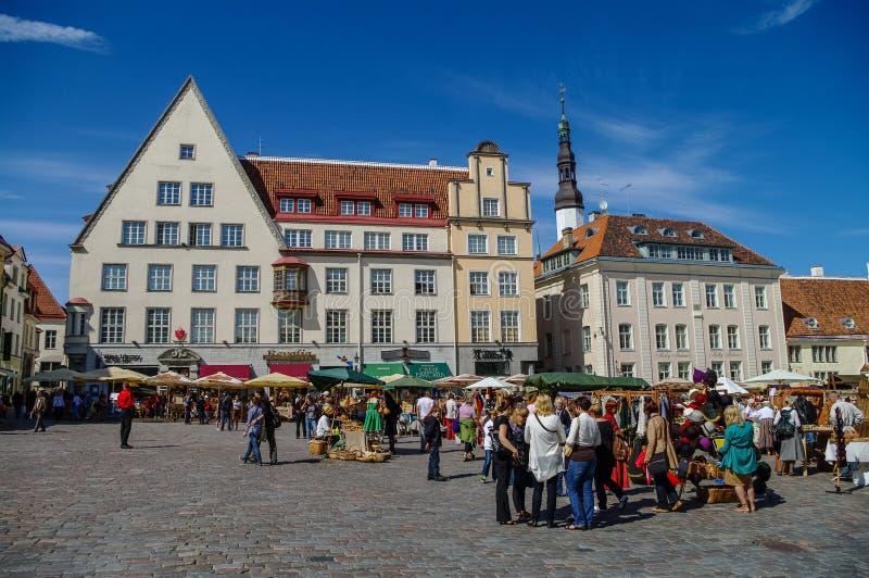 Marknad för sommarhandhantverk på staden Hall Square (Raekoja Plats), in fotografering för bildbyråer