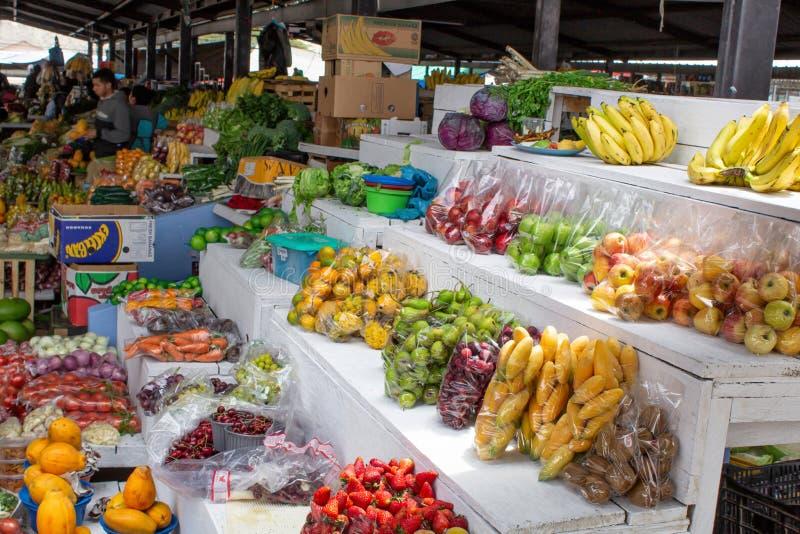Marknad som säljer frukter och grönsaker, Sydamerika, Ecuador arkivfoto