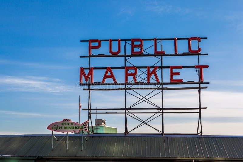 Marknaden för pikställefisken undertecknar in i stadens centrum Seattle fotografering för bildbyråer