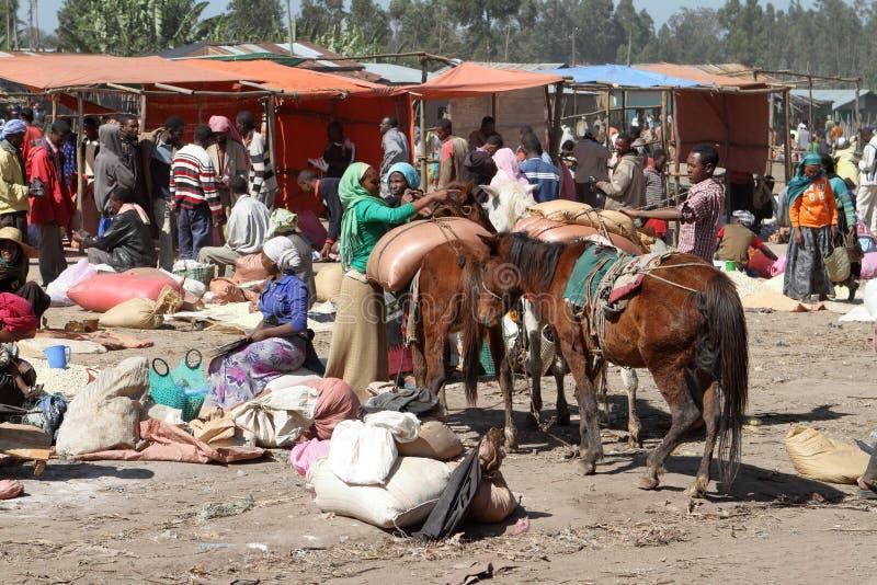 Marknadsdag på Awassa i Etiopien arkivbild