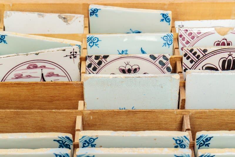 Marknadsför holländska tegelplattor för den forntida stenen som är till salu på en fly arkivfoton