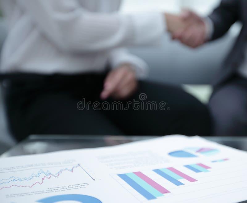 Marknadsföra diagrammet på skrivbordet extra bakgrundsaffärsformat royaltyfria foton
