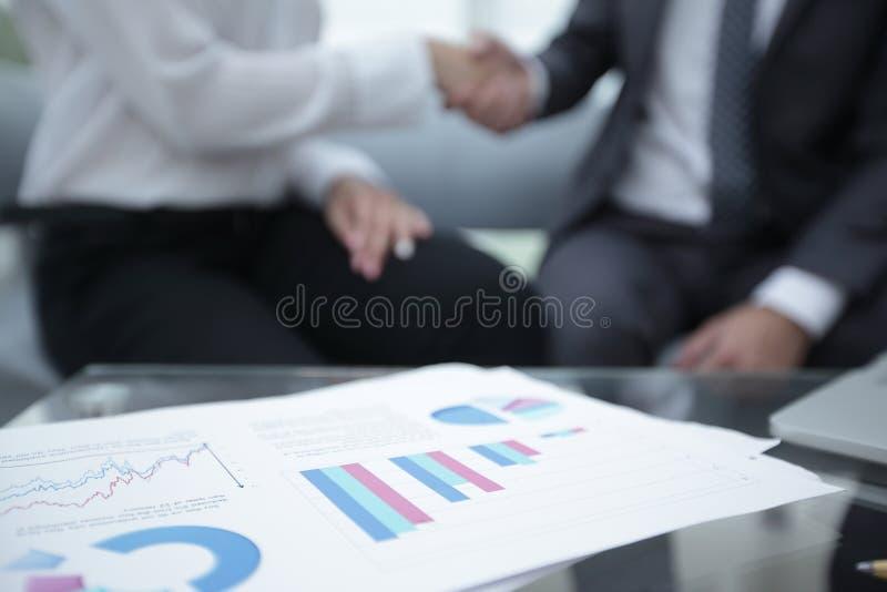 Marknadsföra diagrammet på skrivbordet extra bakgrundsaffärsformat fotografering för bildbyråer