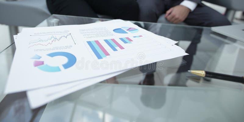 Marknadsföra diagrammet på skrivbordet extra bakgrundsaffärsformat arkivbild