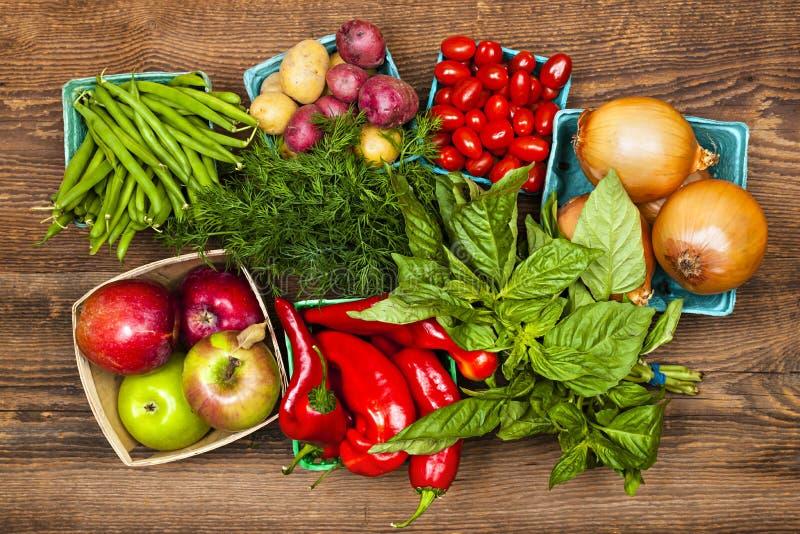 Marknadsföra frukter och grönsaker royaltyfria bilder