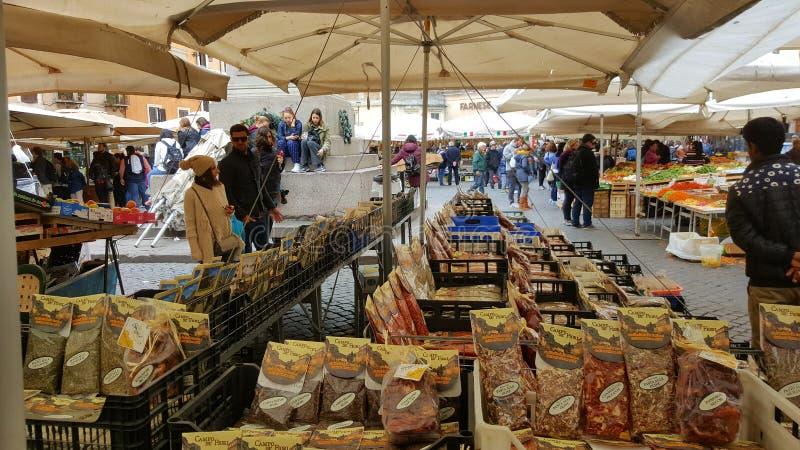 Marknadsföra i piazza, Campo di Fiori, Rome, Italien fotografering för bildbyråer