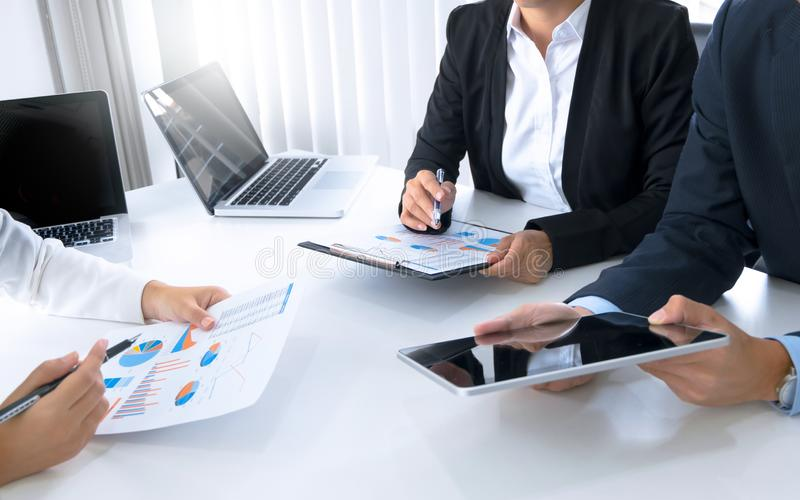Marknadsföra laget för analysförsäljningskapacitet, begrepp för affärsmöte royaltyfri fotografi