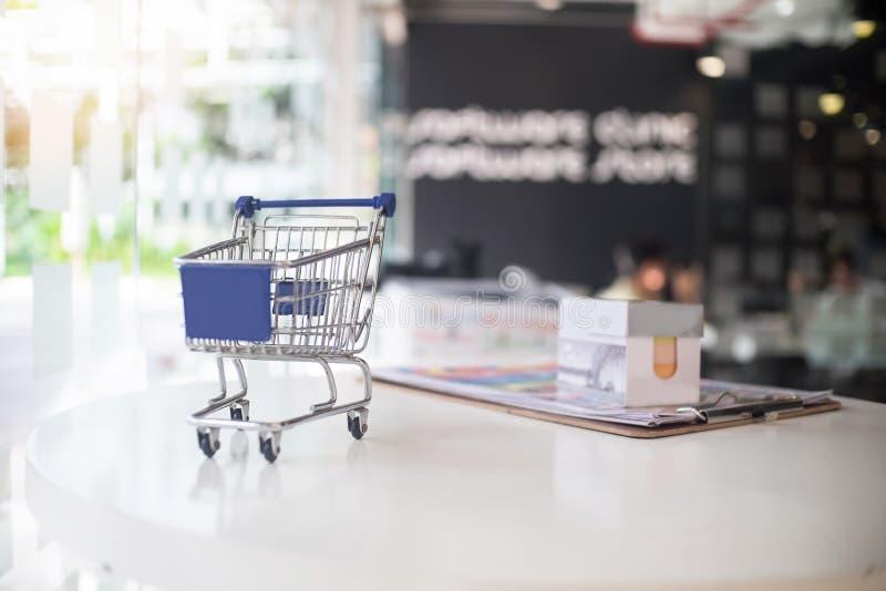Marknadsföringsbegrepp, liten shoppingvagn på tabellen fotografering för bildbyråer