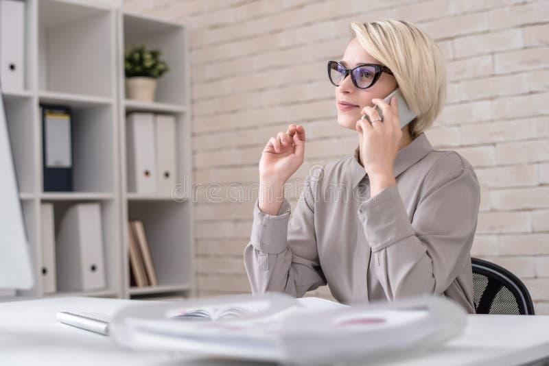 Marknadsföringsdirektör Talking till klienten vid telefonen fotografering för bildbyråer