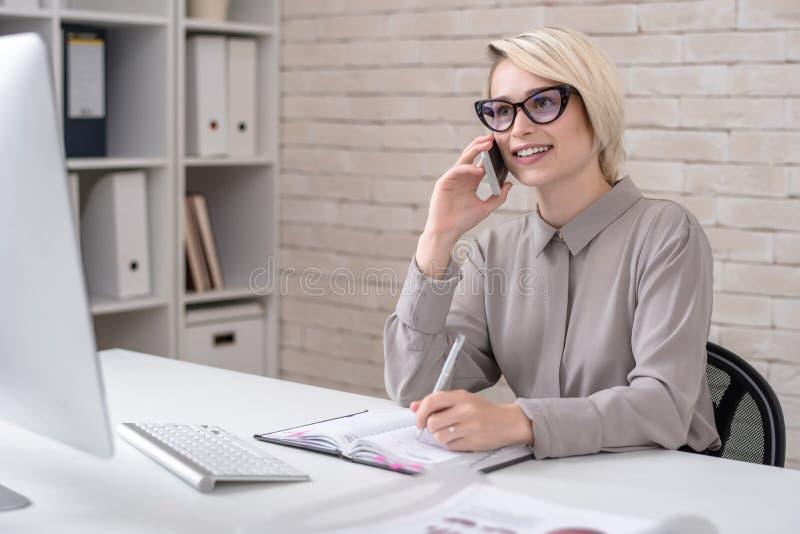 Marknadsföringsdirektör Talking vid telefonen royaltyfria bilder