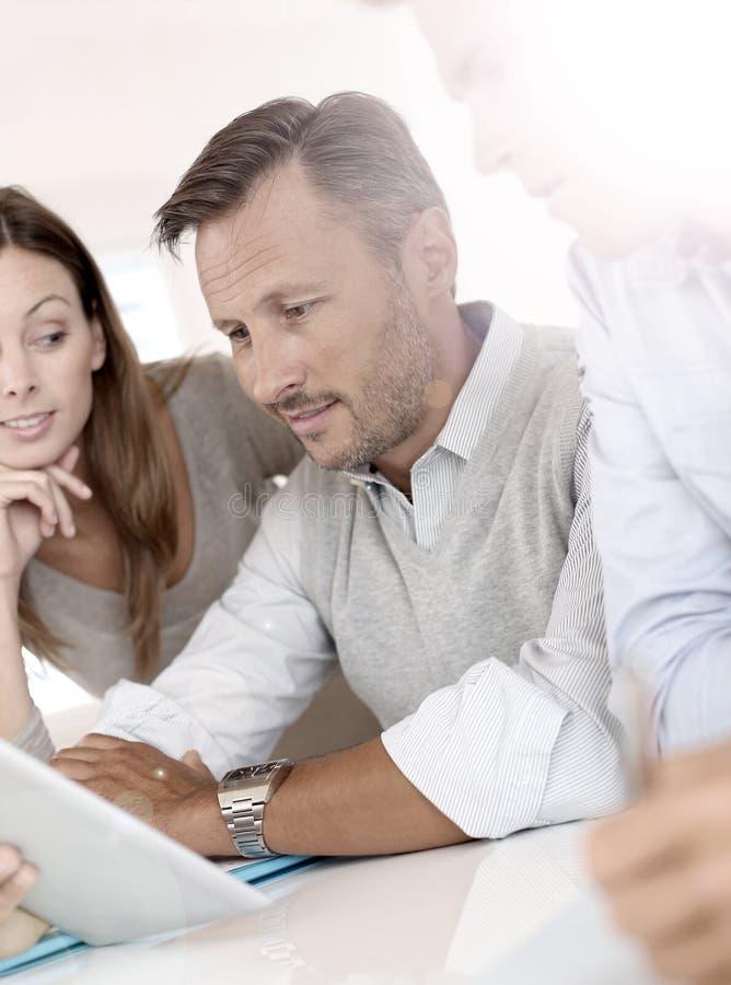 Marknadsföringsfolk som arbetar på kommersiell strategi arkivbilder