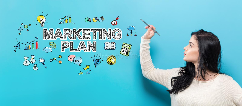 Marknadsföringsplan med den unga kvinnan som rymmer en penna royaltyfria bilder