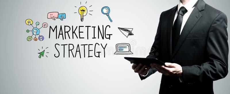 Marknadsföringsstrategi med den hållande minnestavladatoren för man fotografering för bildbyråer
