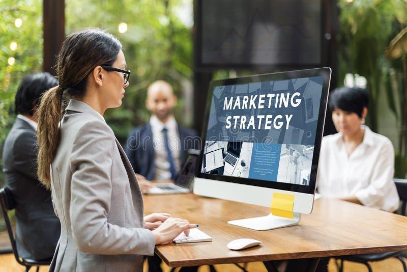 Marknadsföringsstrategi som analyserar att konsultera för affär royaltyfria foton