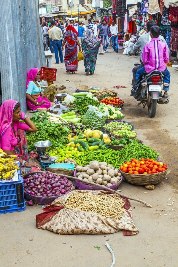 Marknadsfyrkant för frukter och grönsaker i Pushkar, Indien arkivfoton