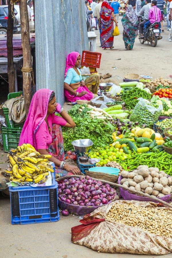 Marknadsfyrkant för frukter och grönsaker i Pushkar, Indien royaltyfri bild