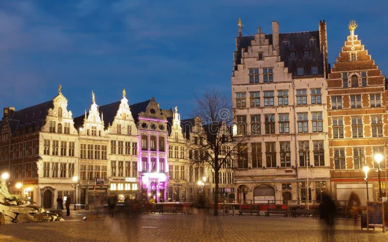 Marknadsfyrkant i Antwerpen på natten royaltyfria foton