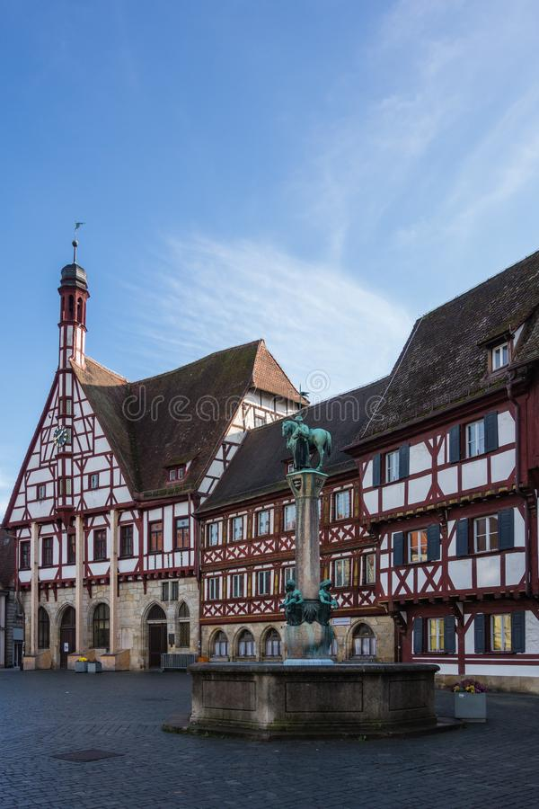 Marknadsfyrkant i Forchheim med stadshuset på den Bayern för blå himmel Tyskland royaltyfria foton
