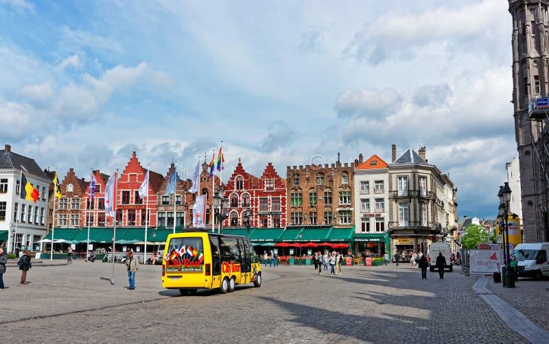 Marknadsfyrkant i gammal stad av Brugge royaltyfria foton
