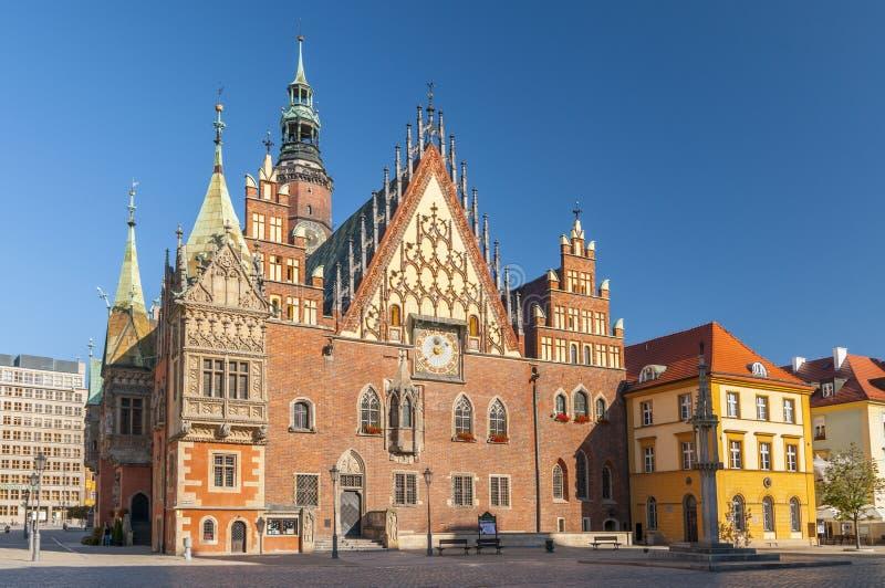 Marknadsfyrkant med det gamla gotiska stadshuset i Wroclaw Breslau i Polen royaltyfri bild