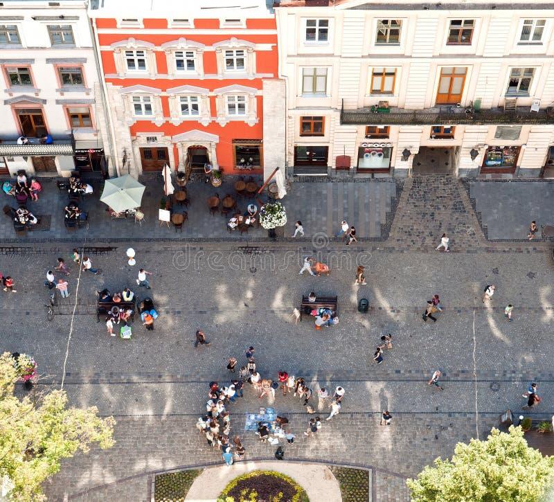 Marknadsfyrkant som ses från klockatorn i Lviv, Ukraina royaltyfri foto