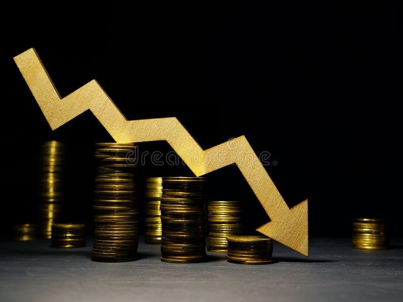 Marknadskris Fallande pil och pengar Ner av priser i en aktiemarknad royaltyfria bilder