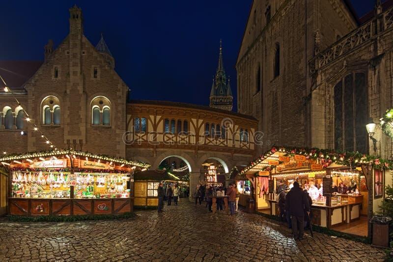 Marknadsstånd med mat och godis på julmarknaden i Braunschweig, Tyskland arkivbilder