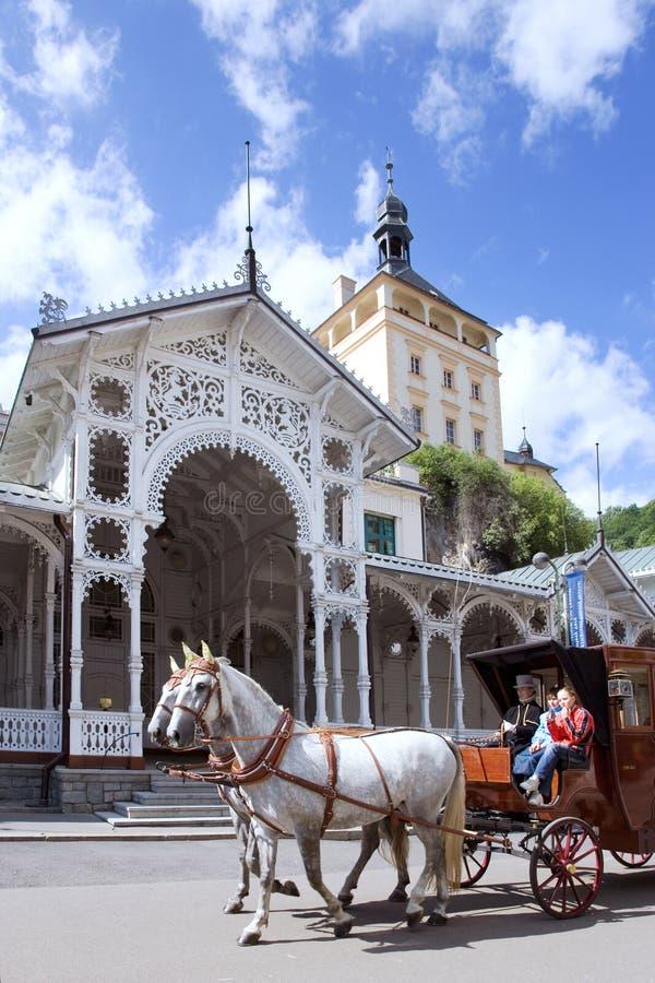 Marknadsvårkolonnaden i brunnsortstaden Karlovy varierar, västra Bohemia, Tjeckien arkivfoton