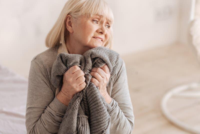 Markotna przygnębiona kobieta próbuje trzymać ona łzy obrazy stock