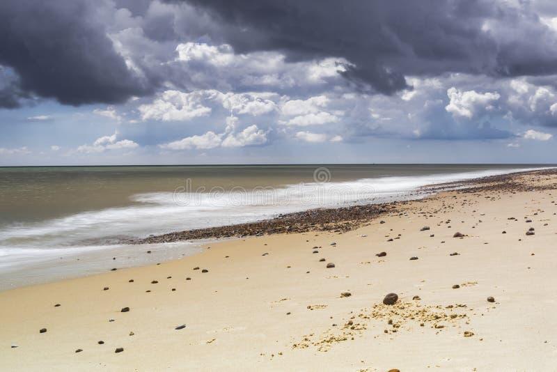 Markotni nieba nad Kessingland plażą obrazy stock