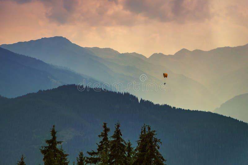 Markotny obrazek wieczór góry granie obraz royalty free