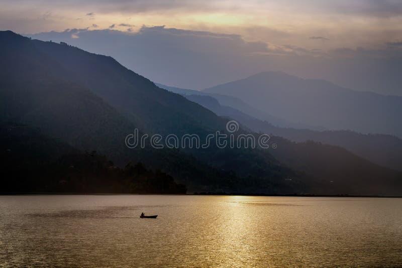 Markotny wieczór przy Phewa jeziorem, Nepal zdjęcie royalty free