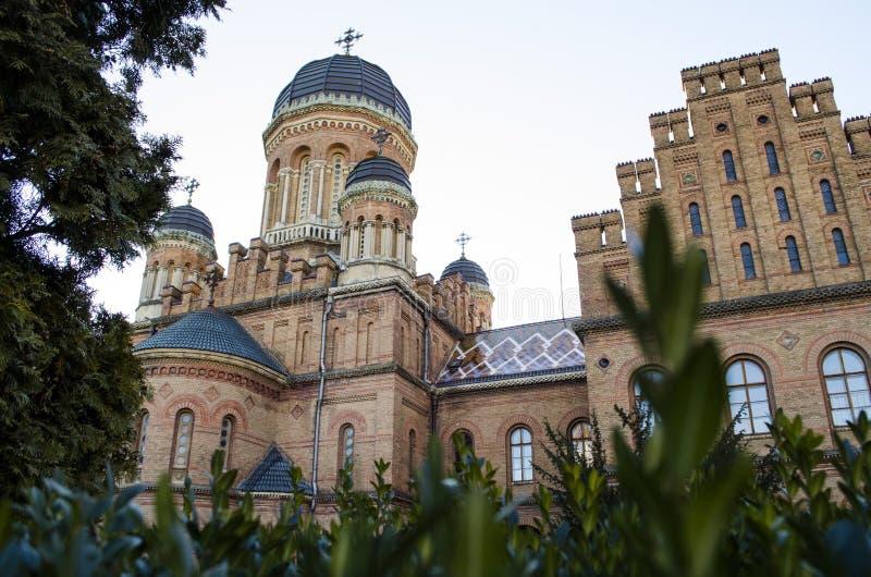 Markstein in Chernivtsi, Ukraine, orthodoxe Kirche an der Universität der ehemalige Großstadtbewohnerwohnsitz lizenzfreies stockbild
