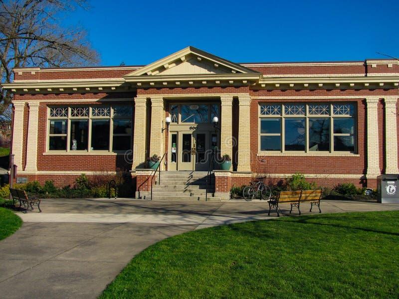 Markstein-Oregon-Stadt-Carnegie-Bibliothek im Park lizenzfreie stockbilder