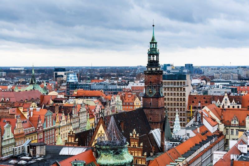 Marksteinansicht von roten Dachspitzen und Kathedralen Breslaus stockfotografie