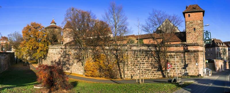 Marksteine von Deutschland - mittelalterliche Nürnberg Nurnberg Stadt im Bayern, Ansicht des Schlosses Kaiserburg und Stadtmauer lizenzfreies stockbild