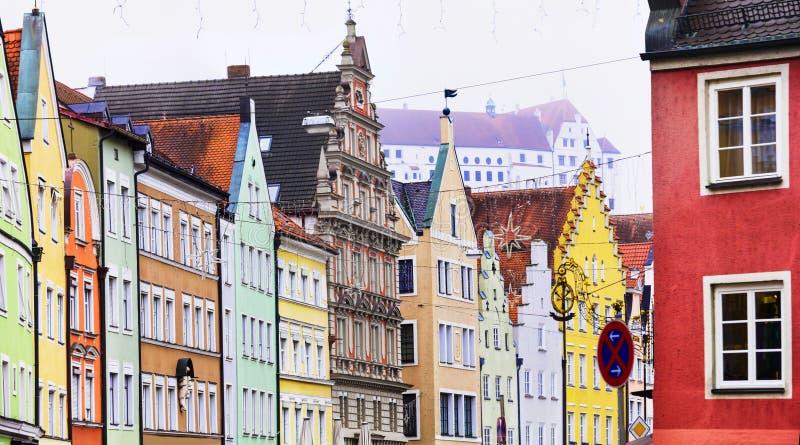 Marksteine von Stadt Deutschlands Landshut im Bayern Ansicht mit traditionellen bunten Häusern und Schloss Trausnitz lizenzfreie stockfotografie