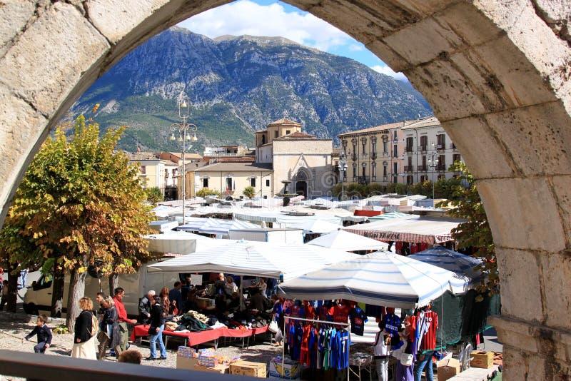 Markt bij Piazza Garibaldi in Sulmona, Italië stock afbeeldingen