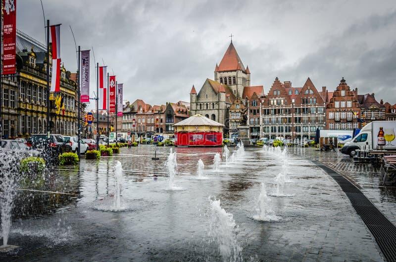 Markt de Grote - plaza principal en Tournai/Doornik foto de archivo libre de regalías