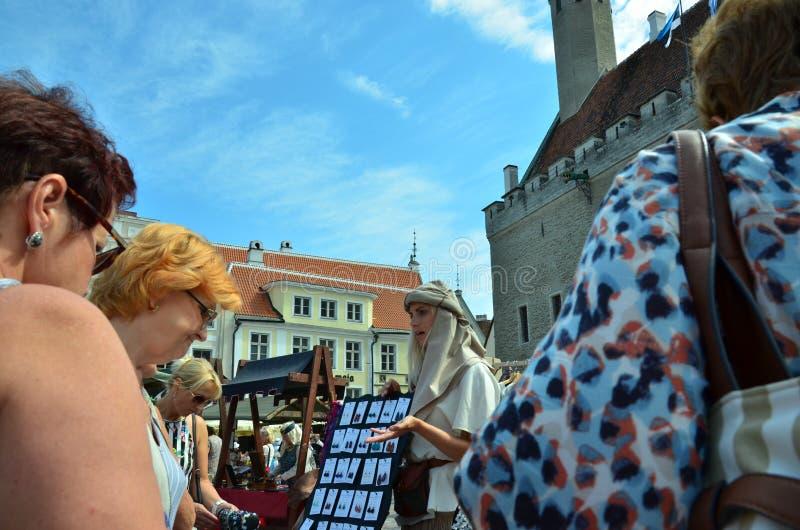 Markt in de hoofdstad van Estland Tallinn bij de Stad Hall Square i stock foto
