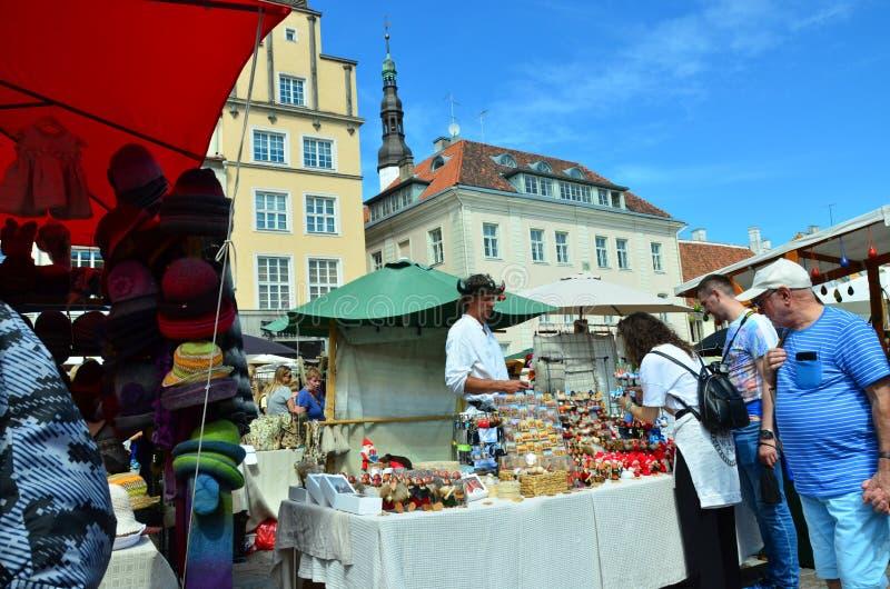 Markt in de hoofdstad van Estland Tallinn bij de Stad Hall Square i royalty-vrije stock fotografie