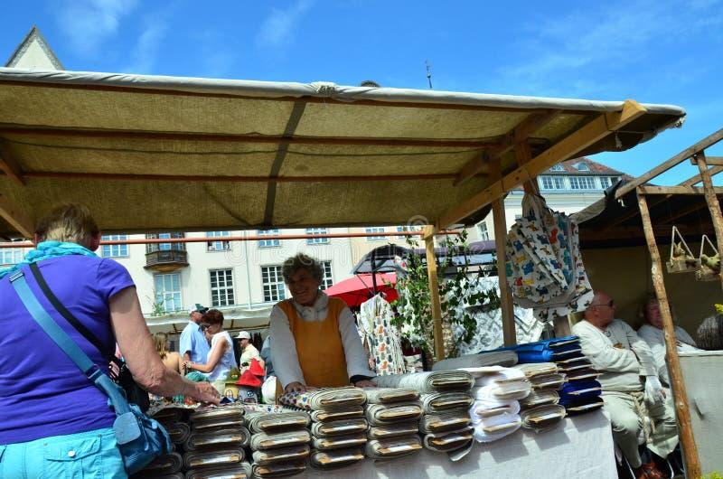 Markt in de hoofdstad van Estland Tallinn bij de Stad Hall Square i royalty-vrije stock foto