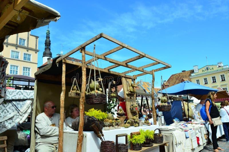 Markt in de hoofdstad van Estland Tallinn bij de Stad Hall Square i stock afbeeldingen