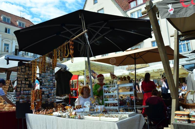 Markt in de hoofdstad van Estland Tallinn bij de Stad Hall Square i royalty-vrije stock afbeelding