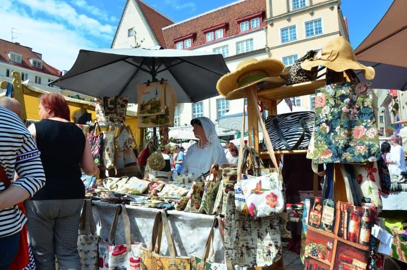 Markt in de hoofdstad van Estland Tallinn bij de Stad Hall Square i stock foto's