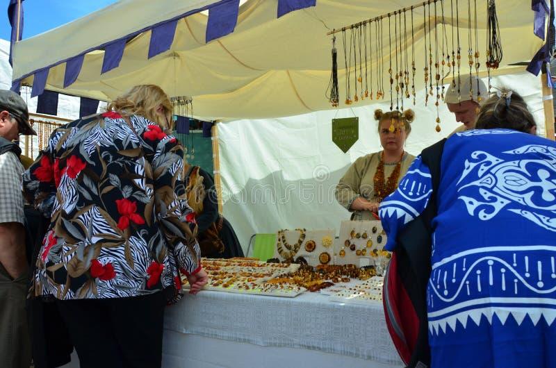 Markt in de hoofdstad van Estland Tallinn bij de Stad Hall Square i royalty-vrije stock afbeeldingen