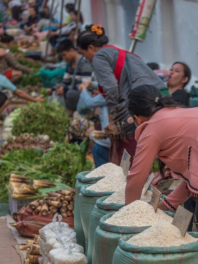 Markt des frühen Morgens in Luang Phabang laos stockbild